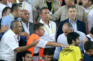 Fenerbahçe, İtalya'nın Cagliari takımıyla Ülker Stadı'nda özel maç yaptı. Fenerbahçe Kulübü Başkanı Ali Koç, maçı öğrenci tribününde izledi.