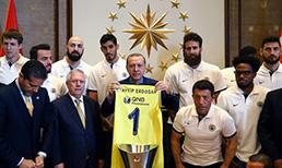 THY Euroleagu'de şampiyon olan Fenerbahçe'de tüm takım, Başkan Aziz Yıldırım ve yöneticiler Cumhurbaşkanı Recep Tayyip Erdoğan'ı ziyaret etti.
