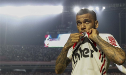 Sao Paulo, yeni transferi Dani Alves'i taraftara tanıttı
