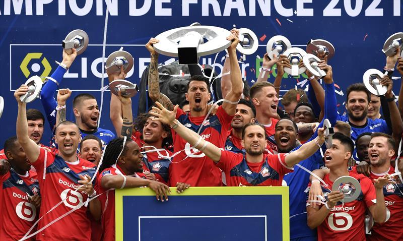Burak Yılmaz, Zeki Çelik ve Yusuf Yazıcı, Lille formasıyla Ligue 1'de şampiyonluğa ulaştı. İşte şampiyonluk kupasına kavuşan temsilcilerimizin en özel fotoğrafları...