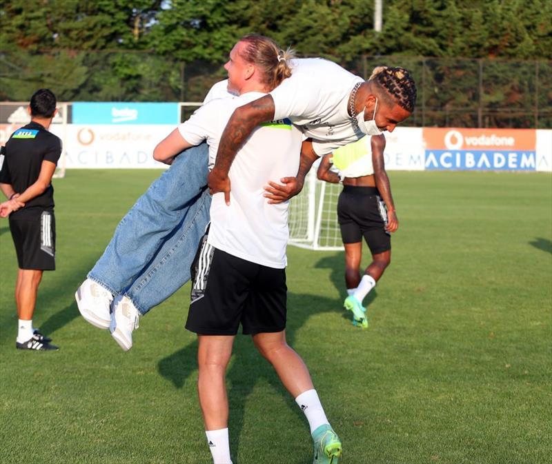 Beşiktaş, Valentin Rosier'e kavuştu! 24 yaşındaki oyuncunun takım arkadaşları, sıcak bir karşılama gerçekleştirdi.